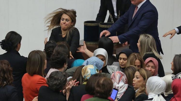 Gazi Mecliste Kadınlar Birbirine Girdi Tam Bir Utanç Tablosu